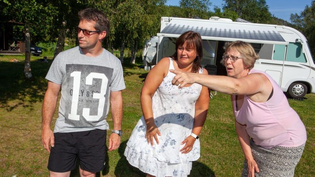 JUTULHOGGET OG TRON: Grete Karin Langodden peker ut severdighetene som er synlig fra campingplassen sør i Alvdal for Stig og Siv Hammer fra Farsund. Foto: Lars Vingelsgård
