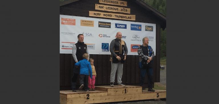 BRONSE I NM: Lars-Ivar Græsli til høyre i bildet tok bronsemedalje i leidueskyting i Levanger. Foto: Privat