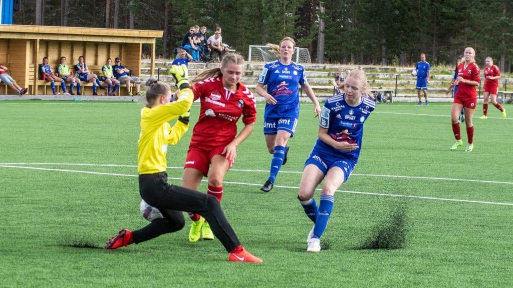 TRE MÅL: Oline Alander (t.h) scoret tre mål for Alvdal mot Singsås. Trine Asphaug bidro også sterkt til storseieren mot Singsås. Foto: Lars Vingelsgård
