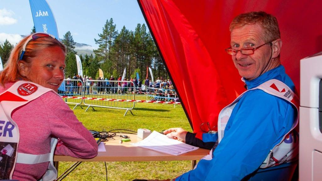 TIDTAKERE: Sissel Bolstad og Asmund Pedersen fra Alvdal tok tida på løperne ved målgang på Tron Ungdomssenter. Foto: Lars Vingelsgård
