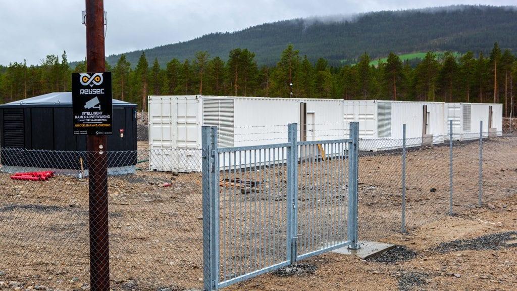 I GANG: Det kommer nå en jevn dur fra containerne på industriområdet på Plassen. I de tre enhetene går det 244 maskiner som utvinner kryptovaluta. Foto: Lars Vingelsgård