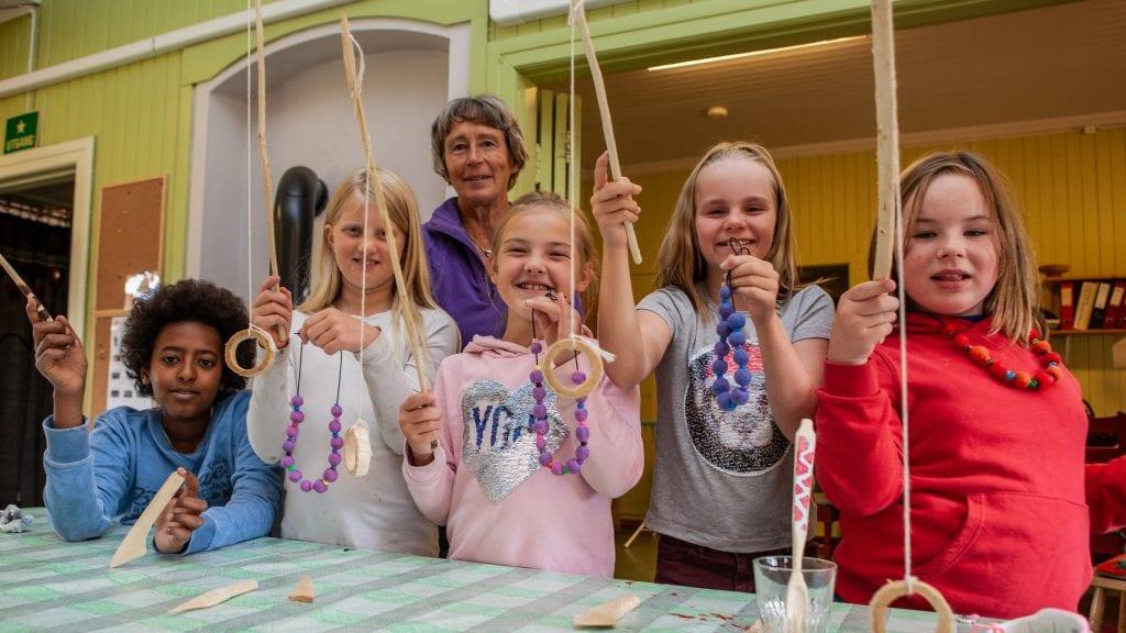 KREATIV HUSFLID: På ung husflid fikk elevene forsøke seg med håndarbeid i mange former, fra trearbeid til toving av ullsmykker. Fra venstre: Sham Hårdnes (14), Marit Elida Rusten Sandvik (10), Ragnhild Jovall, Magnhild Samuelshaug (10), Ingebjørg Fiskvik (11), Maja Wåsjø (9).