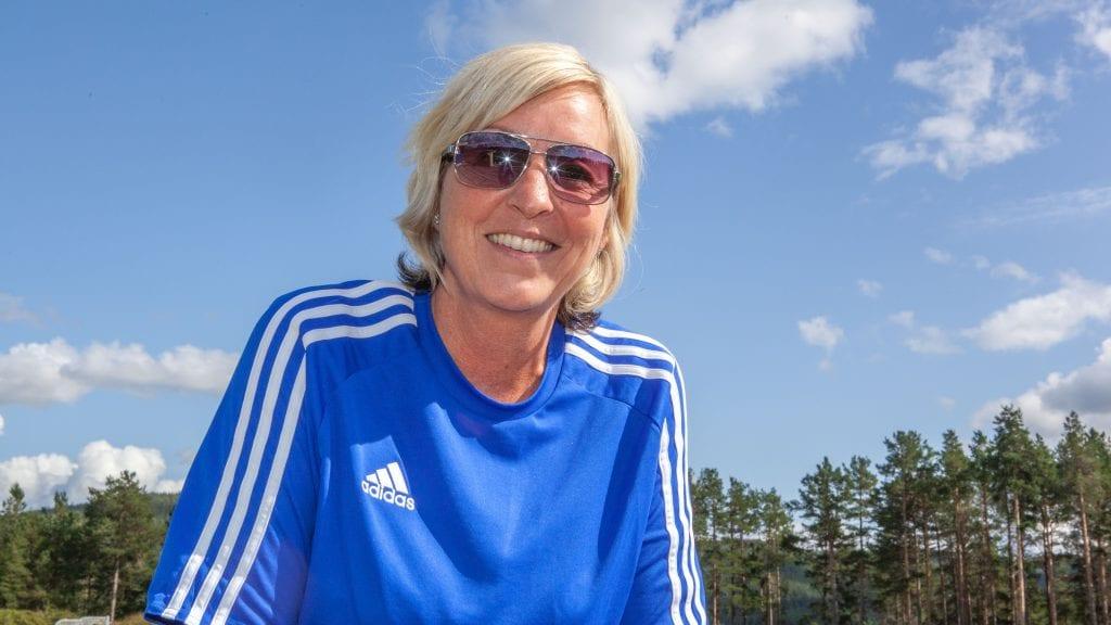 STÅR MELLOM TRE: Aina Skogli skal bruke de tre neste ukene på å bestemme seg for hvem som får hennes stemme 9. september. Foto: Lars Vingelsgård