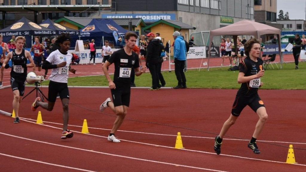 I FØRINGEN: Her løper Esten Hauen først underveis i 3000-meteren på Jessheim. Han ble etter hvert passert av Abdullahi Dahir Rabi og Sondre Martinsen. Foto: privat