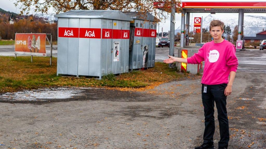 KOMMER HER: Lars Neslund Samuelshaug (17), som jobber ved Circle K i høstferien, viser hvor ladestasjonene er planlagt å komme. Foto: Lars Vingelsgård