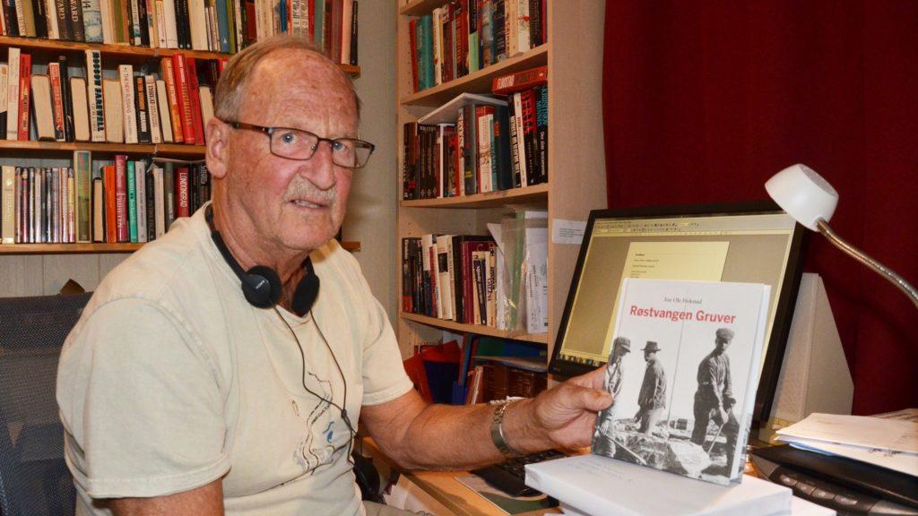 PAKKER BØKER: Jon Ole Hokstad har allerede en rekke bokkjøpere, mange som er etterkommere til de som jobba eller bodde på Røstvangen. Foto: Erland Vingelsgård